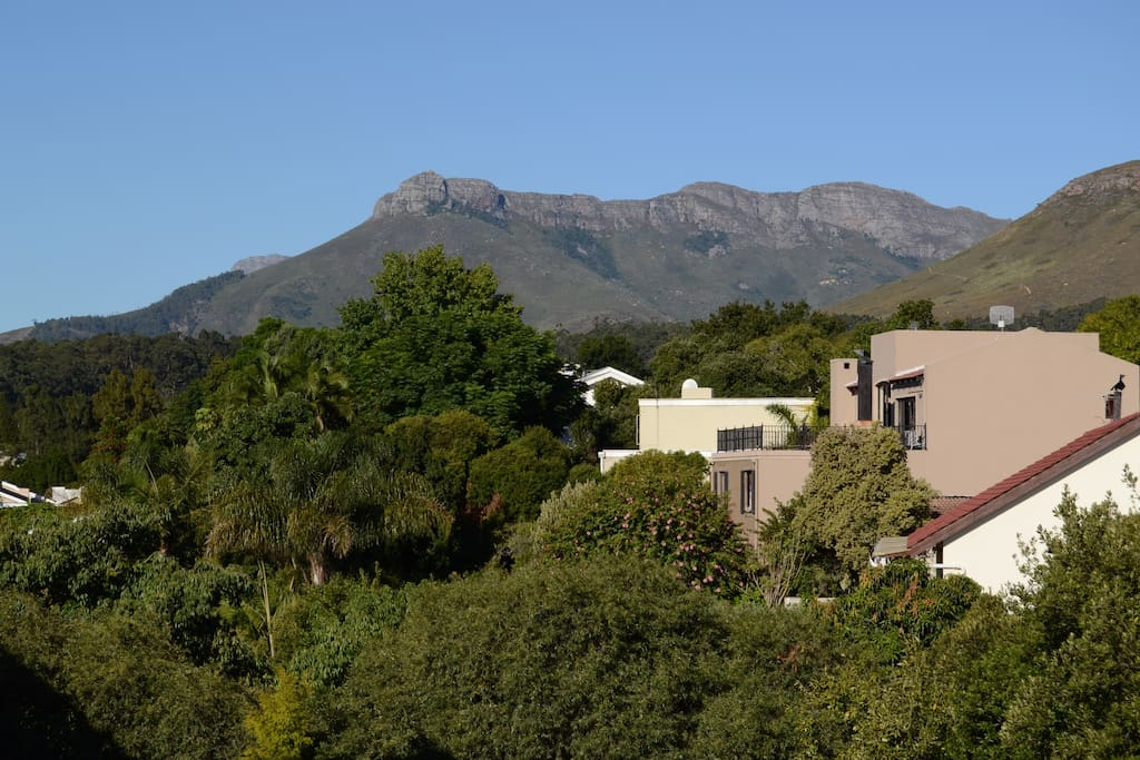 Sit on the balcony and enjoy the beautiful mountains of Stellenbosch!