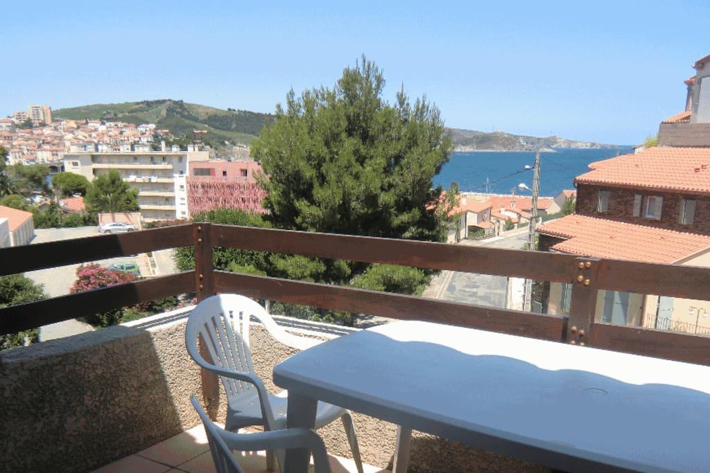 La terrasse avec vue sur mer. Possibilité de manger à 6 sur la terrasse.