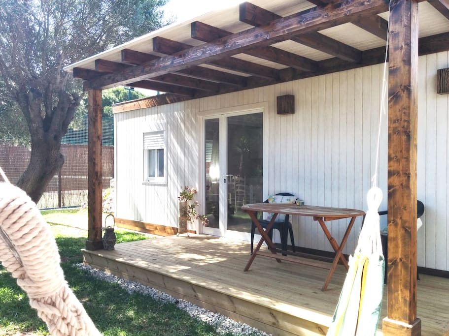Jardín privado con hamaca  y pequeño porque de madera