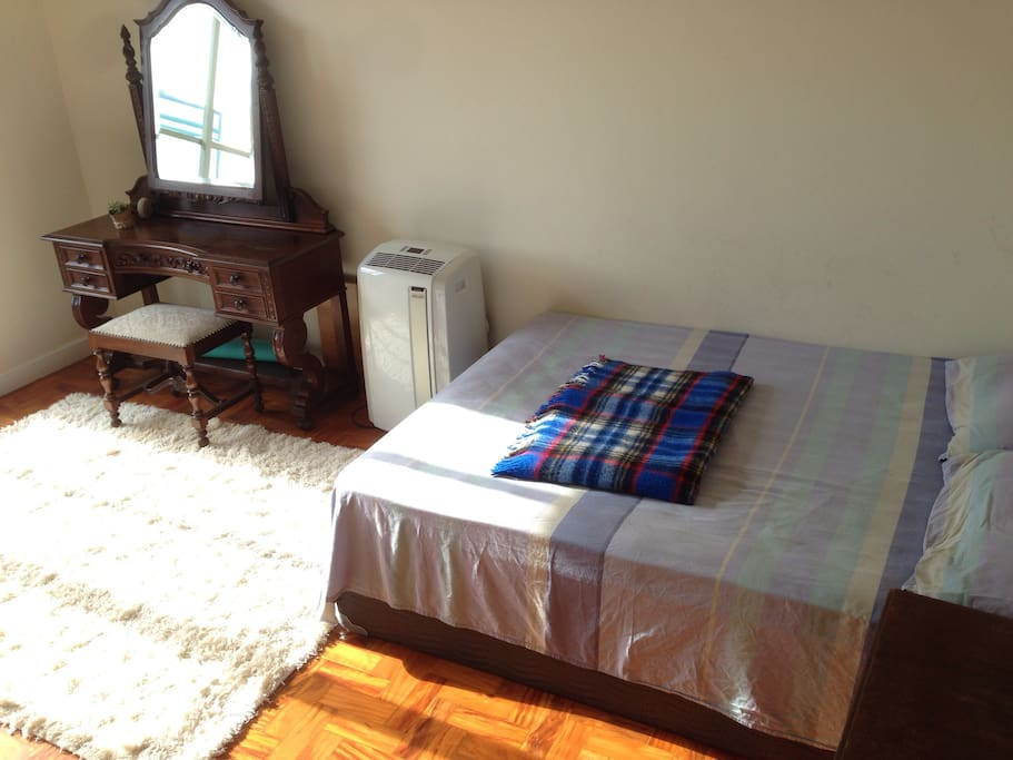 Big and confortable room with a (real) confortable bed and some cute vintage furniture! :)