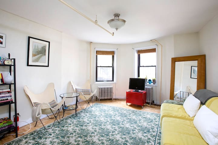 Quality 1br 2 stops from Midtown