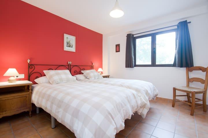 Dormitorio Levante. Dos camas de 90 cm. x 190 cm. Climatizado