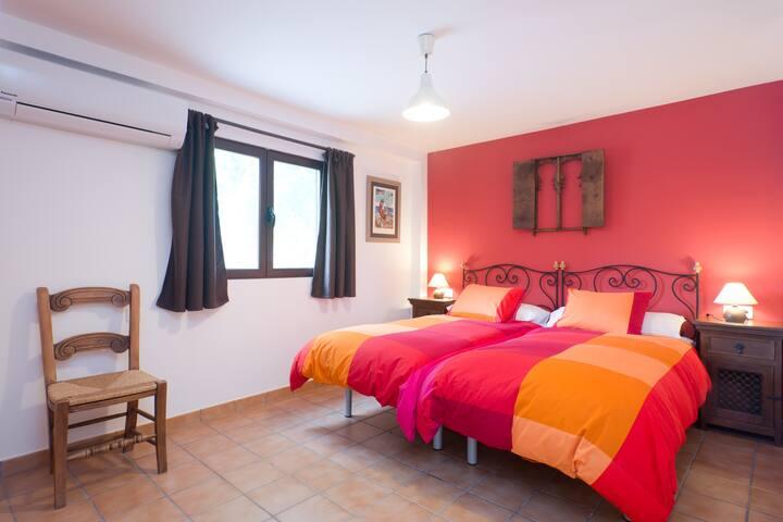 Dormitorio Poniente. Dos camas de 90 cm. x 190 cm. Climatizado