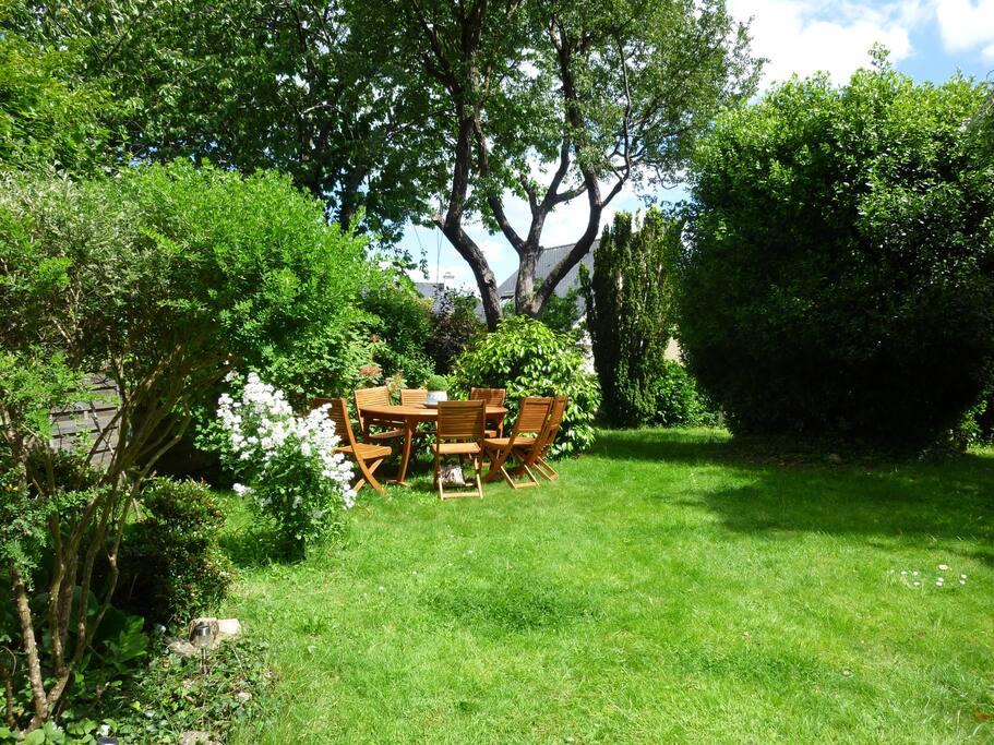 Jardin avec chaises longues, hamac, Strandkorb et de multiples possibilités de rêver à l'ombre du vieux laurier