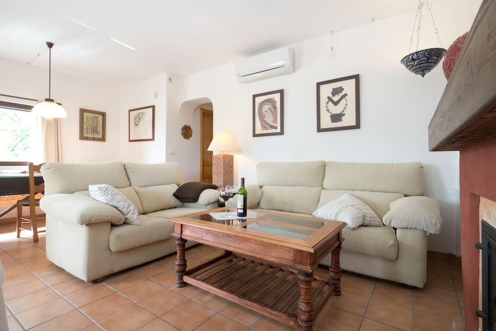 Salón amplio y confortable