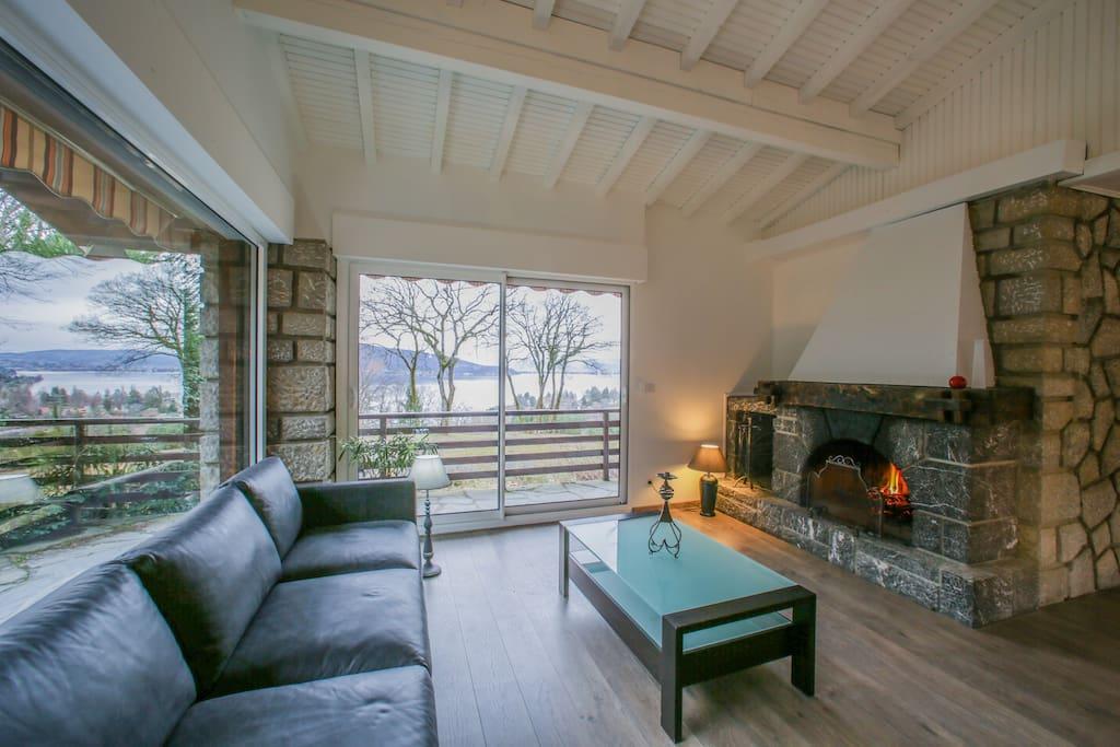 """Appartement """"Château""""  pour 8 à 10 pers: salon 2 canapés,cheminée avec vue imprenable sur le lac D'Annecy"""