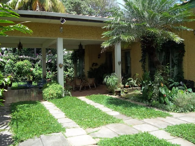 Private room in a beautiful house - Managua - Casa