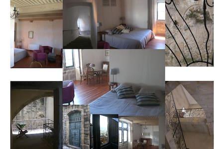 Chambre d'hôtes : les Remparts - Aubenas - ที่พักพร้อมอาหารเช้า