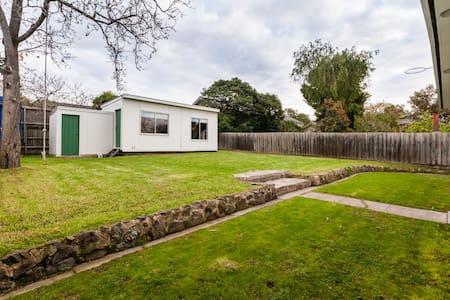 Delightful Studio Cabin - Kew East