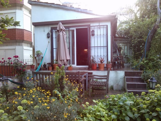 Small cottage in a garden in Moda!