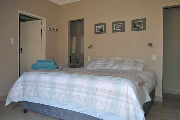Winnie's Place: Private en-suite room in Pta East