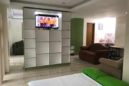 Big Rm, nr.  Phil. Arena, TV w/Netflix, Hot Shower