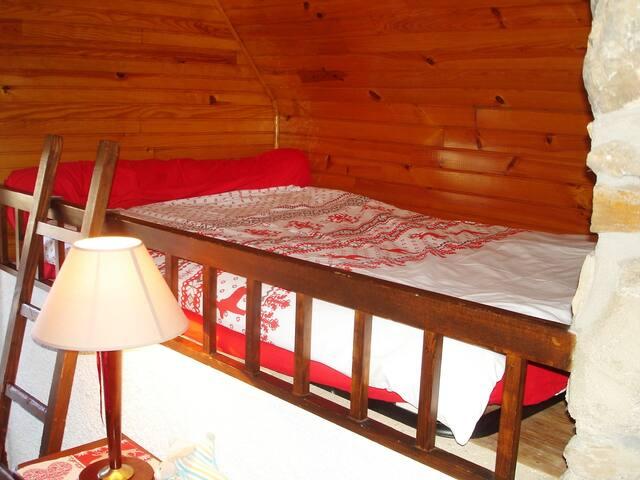 Chambre 2 lambrissée :  1 lit en 120 en hauteur (pour le plus grand bonheur des enfants) + 1 lit bébé. (matelas 13cm )