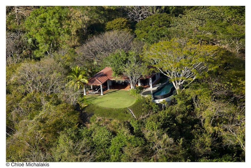 La maison sur sa colline et son terrain de plus de un hectare pour assurer la privacité et la tranquillité des lieux.