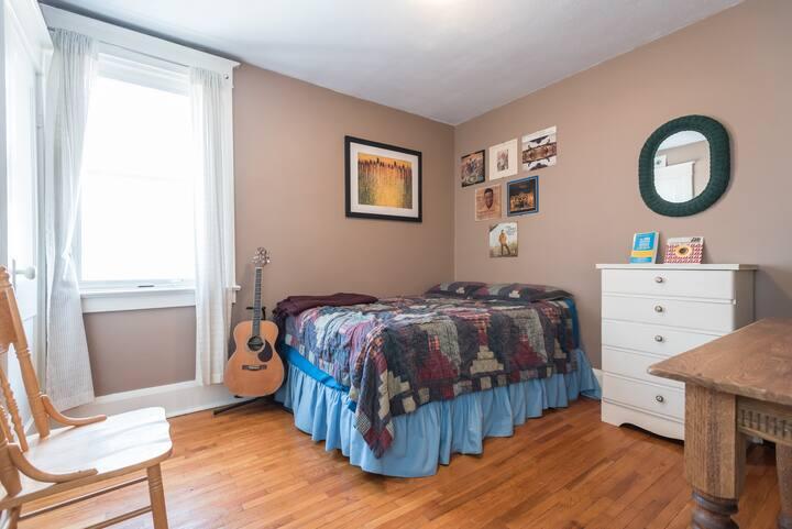 The Music Suite (Plus Free Parking, Gorgeous Deck)