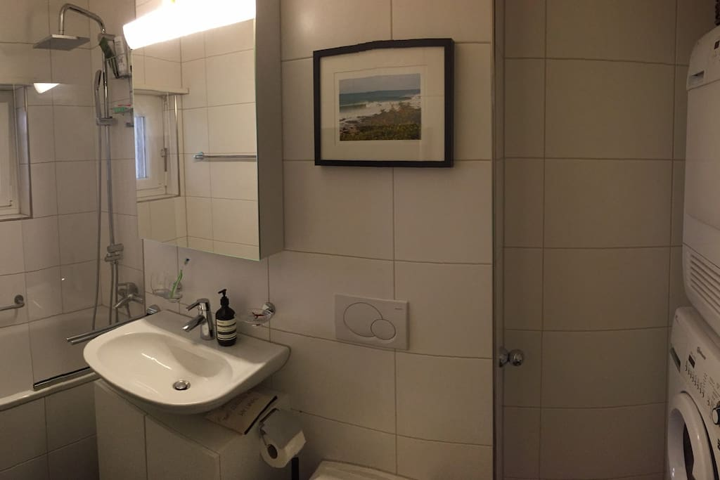 Bathroom with Washingmachine and Tumbledryer