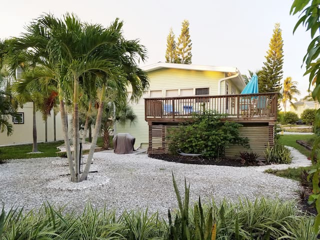 Mermaid's Beach Cottage Vacation Rental - Dogs OK! - Bonita Springs - Huis