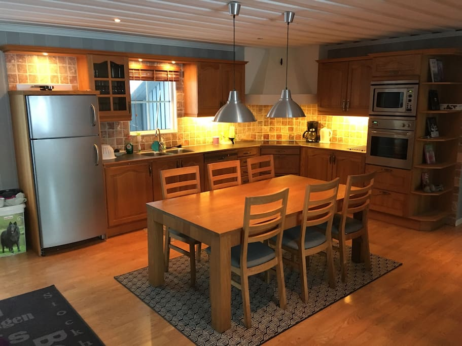 Fully equipped kitchen with table for 6.