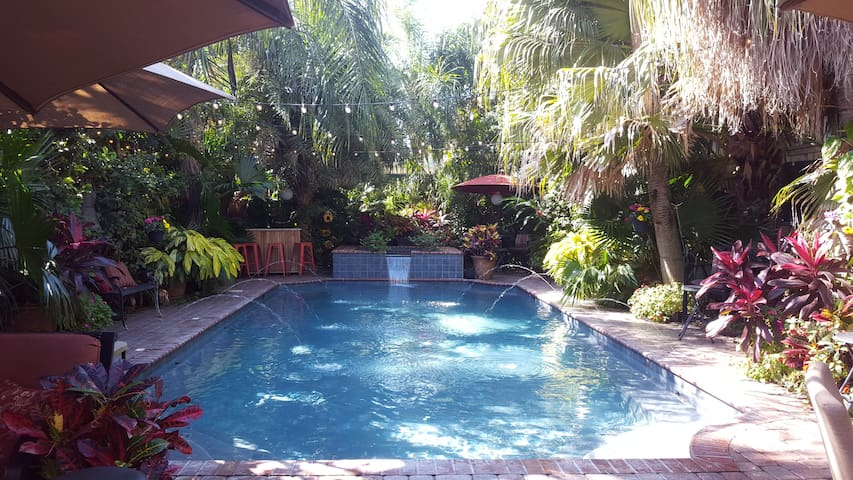 Beautiful Home-Tropical Backyard & HEATed SPA/Pool