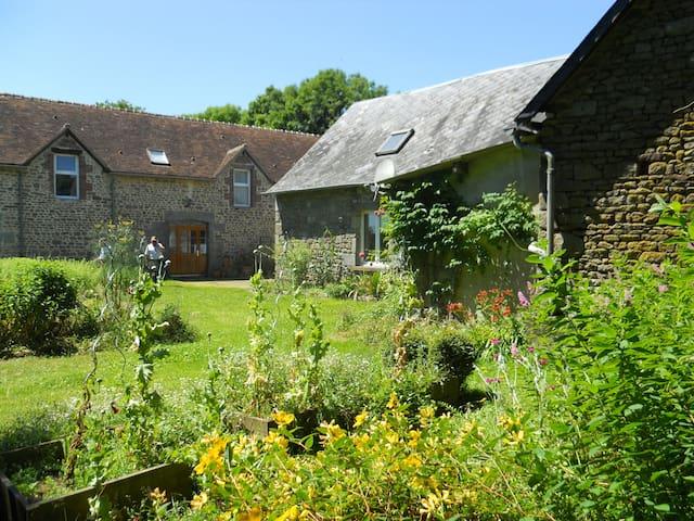 """B&B """"Croix celtique"""" au Haras de La Croix d'Argent - Saint-Sauveur-de-Carrouges - ที่พักพร้อมอาหารเช้า"""