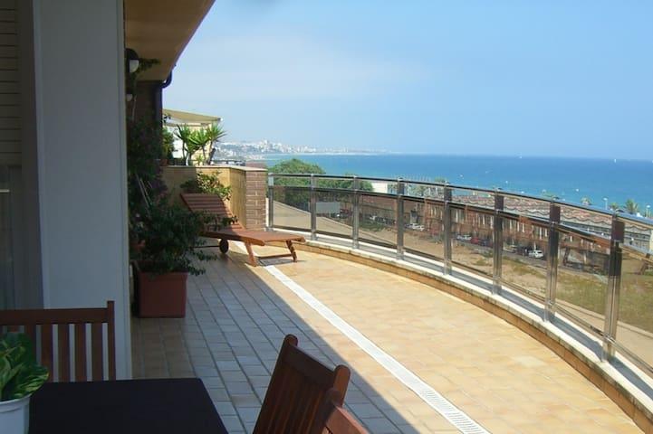 Rooms in beach penthouse near BCN. Sea views!