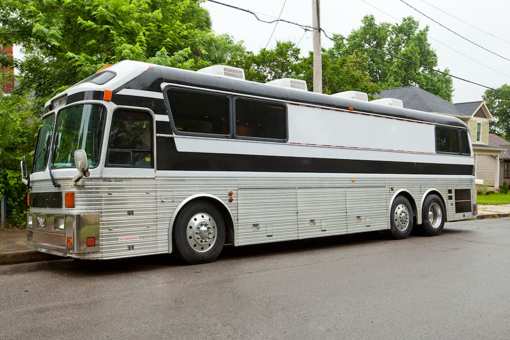 close to downtown in a tour bus camping cars caravanes louer nashville tennessee tats unis. Black Bedroom Furniture Sets. Home Design Ideas