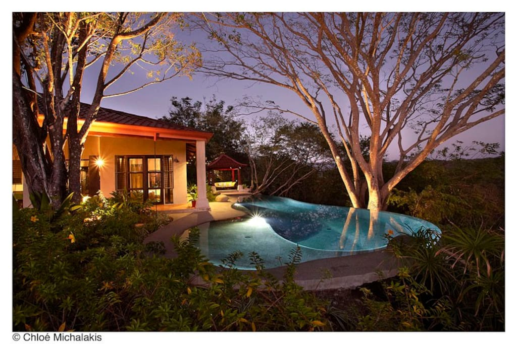 La piscine suspendue au-dessus de la nature mesure un peu plus de 16 mètres et jouit d'une petite plage dont les enfants raffolent.