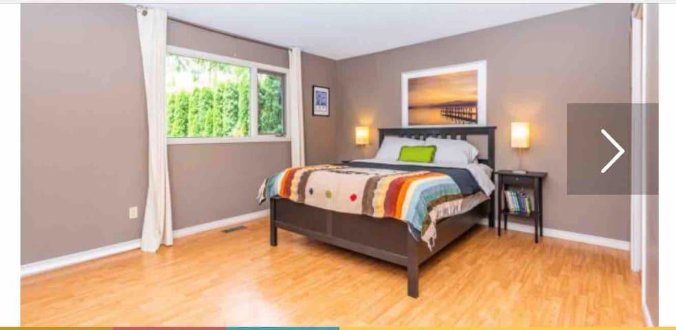 Master bedroom 2 with queen bed and en-suite.