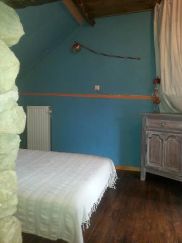 L'autre chambre avec le lit-divan. Elle se trouve sur le passage vers la salle de bain