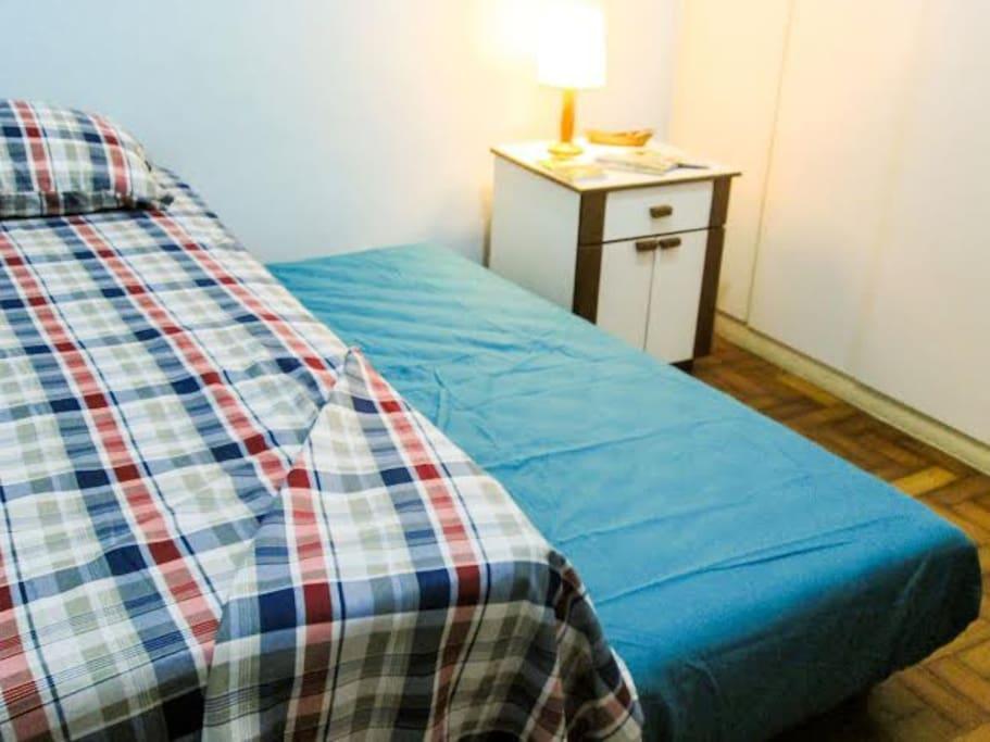 A confortável bicama acomoda duas pessoas.