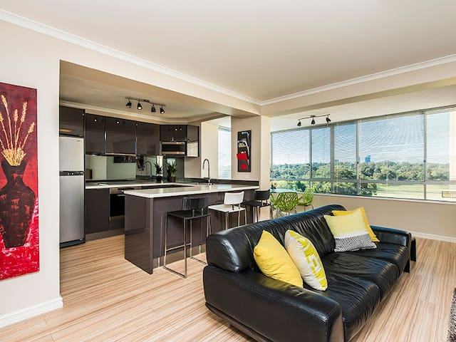 D74 Executive style penthouse views - Shenton Park - Daire