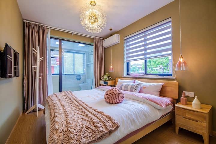 上海迪士尼乐园栖心民宿度假别墅温馨大床房03(迪士尼班车接送,免费早餐)