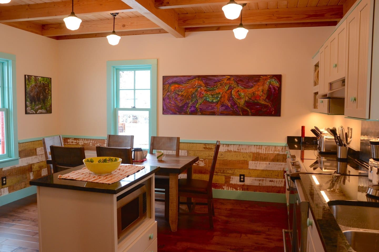 the full and very charming kitchen.