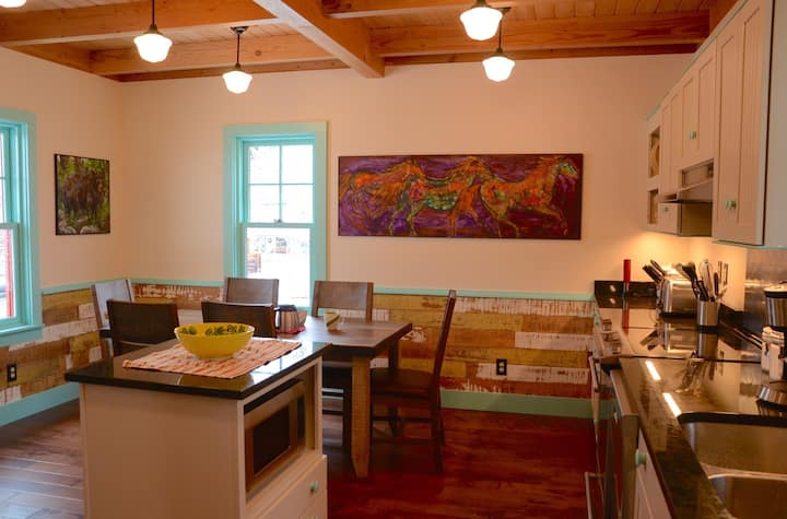 Just Gorgeous! Downtown Winthrop, Sleeps 3!