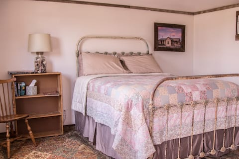 Pearl's Place-Charming & Comfy in Goldfield, NV!