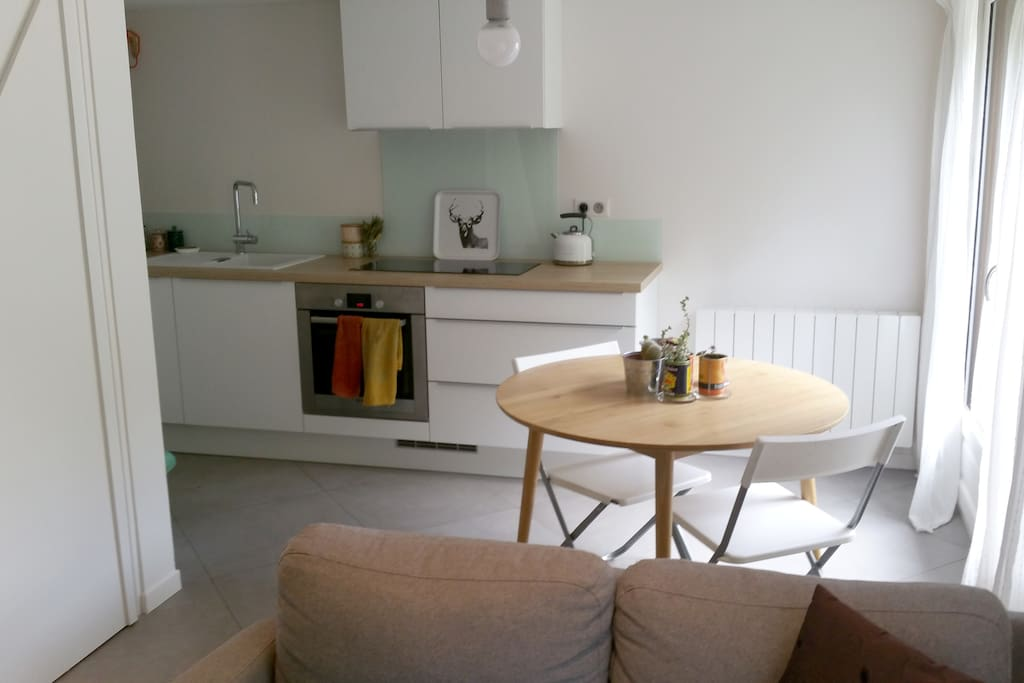 Le séjour est ouvert sur l'espace cuisine.