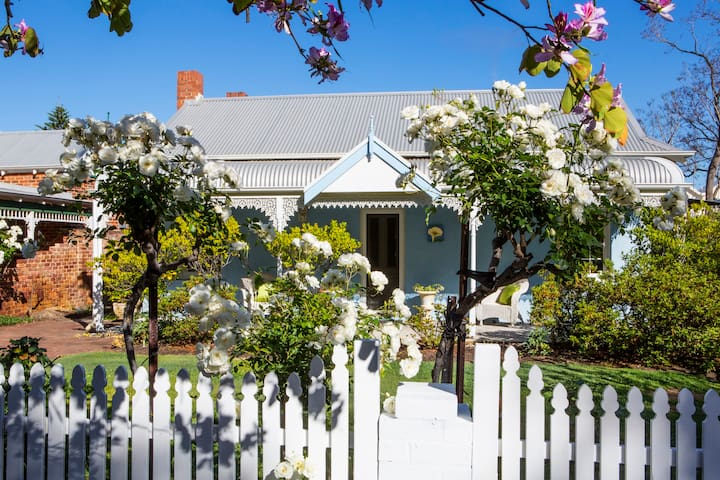 Artist's sanctuary with tranquil gardens in Perth - Victoria Park - บ้าน