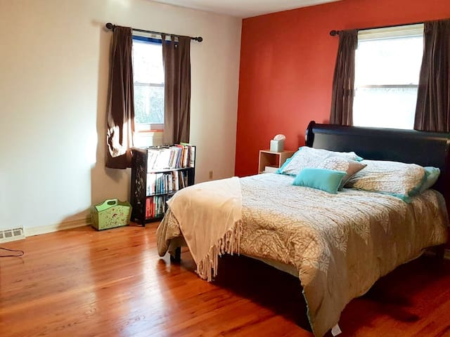 Large Bedroom in Safe Quiet Neighborhood.