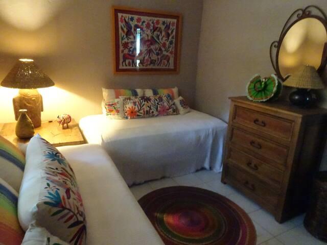 Bedroom w/rwin beds