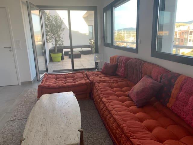 Salon TV niveau inférieur donnant une 2ème terrasse sur la promenade face à la mer