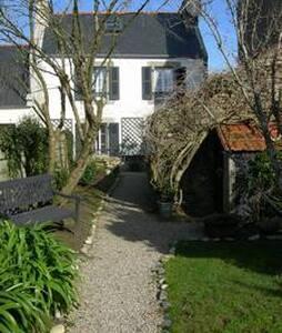 Maison au centre du village, proche de la mer - Goulien - Hus