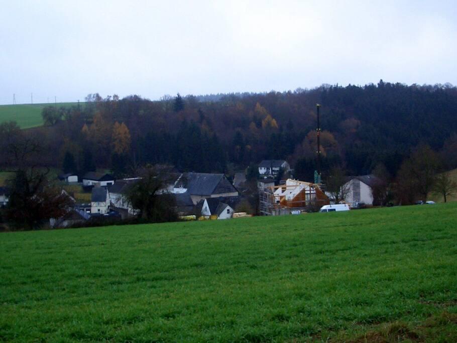 Der Ort mit 17 Häusern eingebettet in Wiesen und Wälder