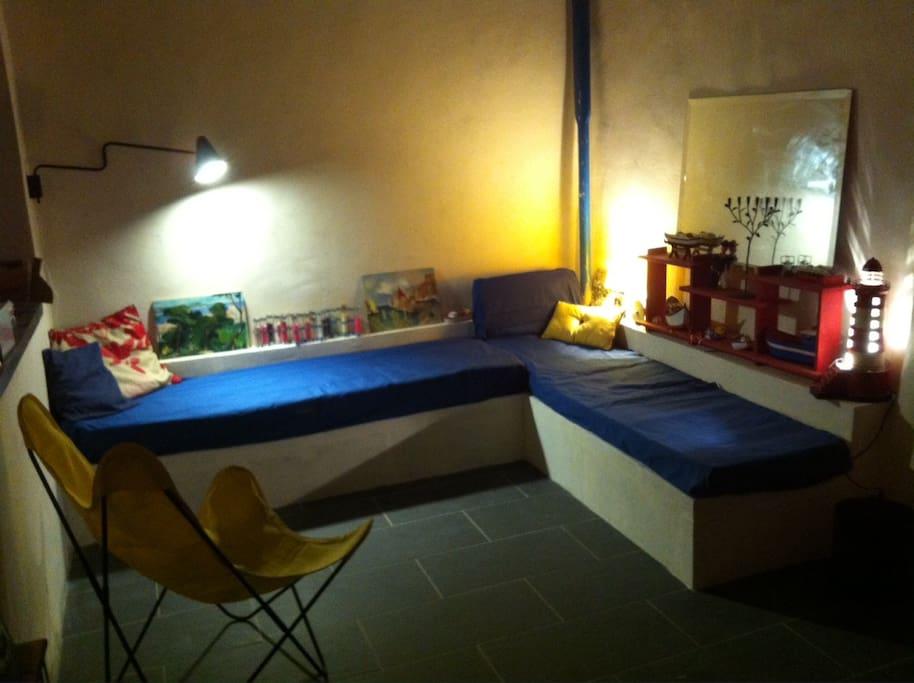 Le coin salon de la grande pièce du rez de chaussée, ouverte sur la terrasse