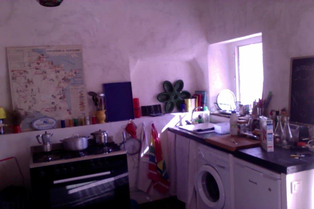 Le coin cuisine ouvre sur la terrasse, grand piano à gaz