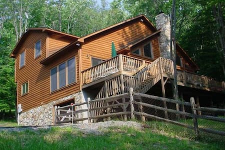 Laird`s Retreat - Lake Access, Hot Tub, Gas Grill, Gas Fireplace
