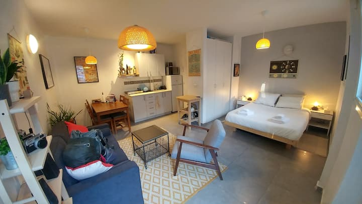 Bright charming studio in trendy Florentin
