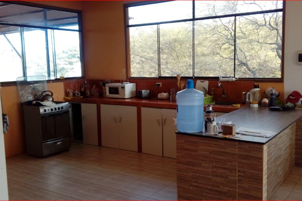 Cocina americana: Cocina cuatro hornillas, refrigeradora dos puertas