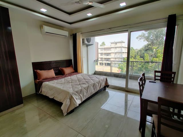 ★Sanitized★ Private 2BHK ♛w/ WiFi, Lift & King bed