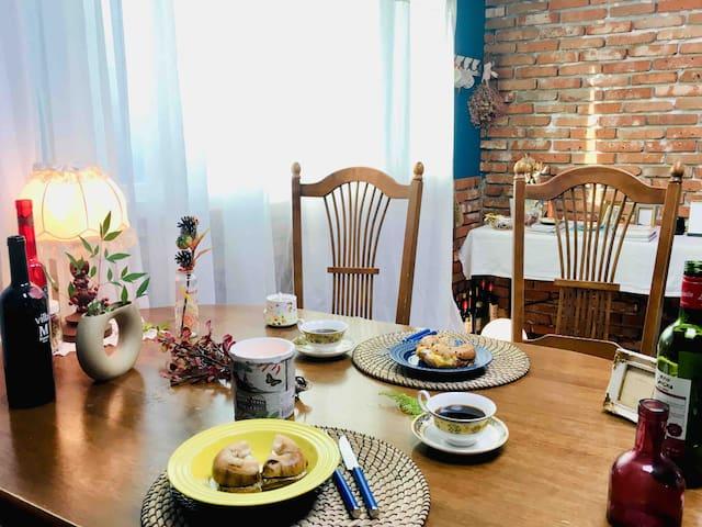- Dining room (table for 4, sofa bed) - 거실 겸 식탁 공간 (4인용 테이블, 1인용 소파베드)