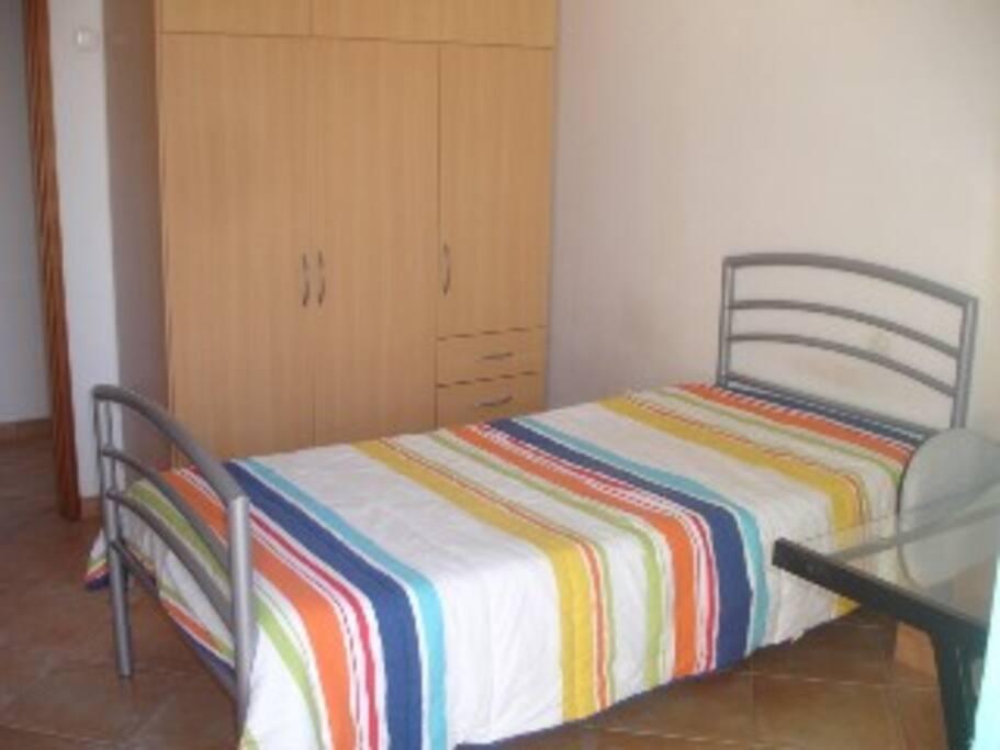Quarto com cama individual